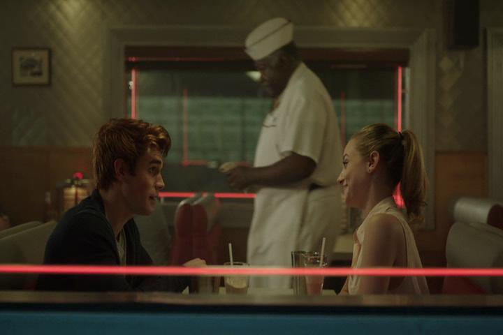 Riverdale-1-01-The-River's-Edge-062-Archie-Betty-Pop-train.jpg