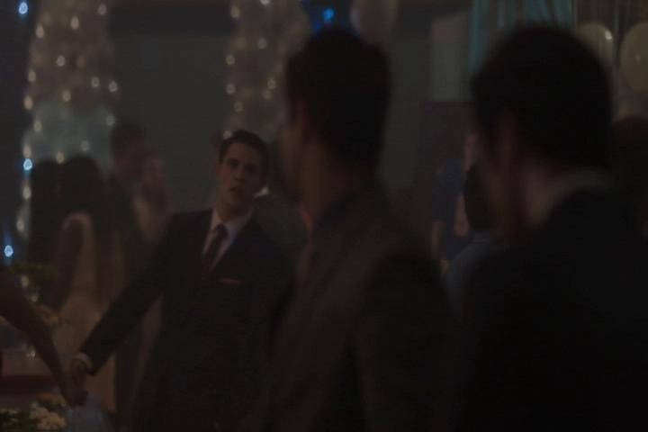 Riverdale-1-01-The-River's-Edge-206-Kevin-help