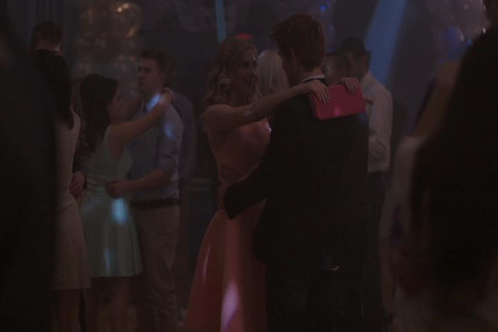 Riverdale-1-01-The-River's-Edge-211-Betty-Archie-dance