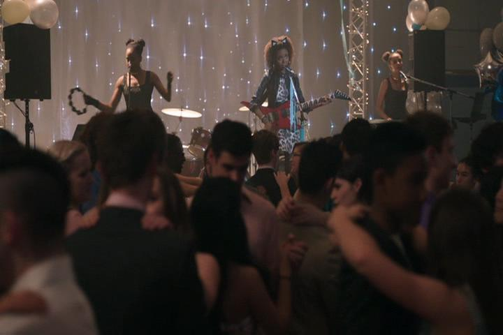 Riverdale-1-01-The-River's-Edge-212-Pussycats-perform