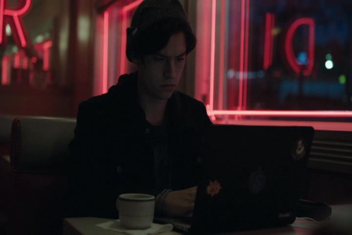 Riverdale-1-01-The-River's-Edge-251-Jughead-laptop.jpg