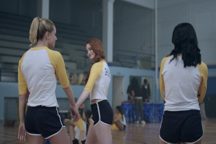 Riverdale-1-02-A-Touch-of-Evil-115-Cheryl-Betty-hold-hands
