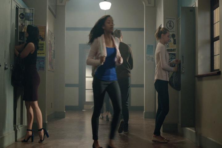 Riverdale-1-02-A-Touch-of-Evil-160-Veronica-Betty-lockers
