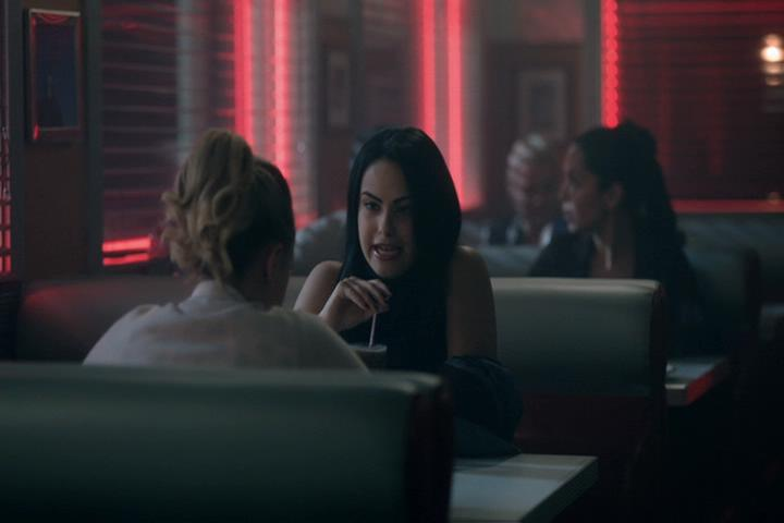 Riverdale-1-02-A-Touch-of-Evil-260-Veronica-shake