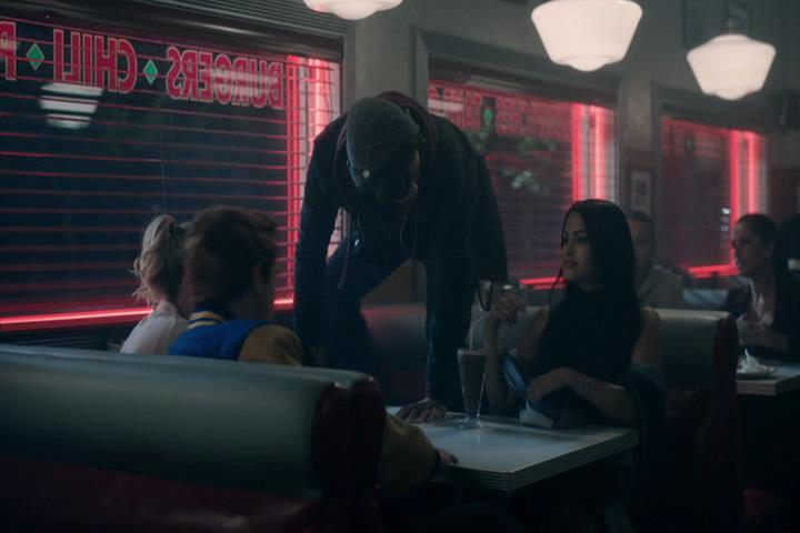 Riverdale-1-02-A-Touch-of-Evil-265-Jughead-climbs
