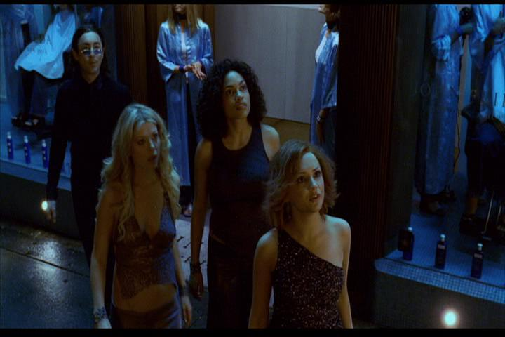 Josie-film-207-Pussycats-Wyatt-sidewalk